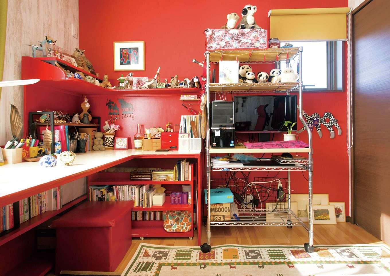 かなめ創建【趣味、狭小住宅、インテリア】アメリカ、アジア、モロッコへの旅が大好きな奥さまの趣味部屋は2階に。旅先で購入した雑貨類がずらりと並ぶ。隣にはご主人の趣味部屋も