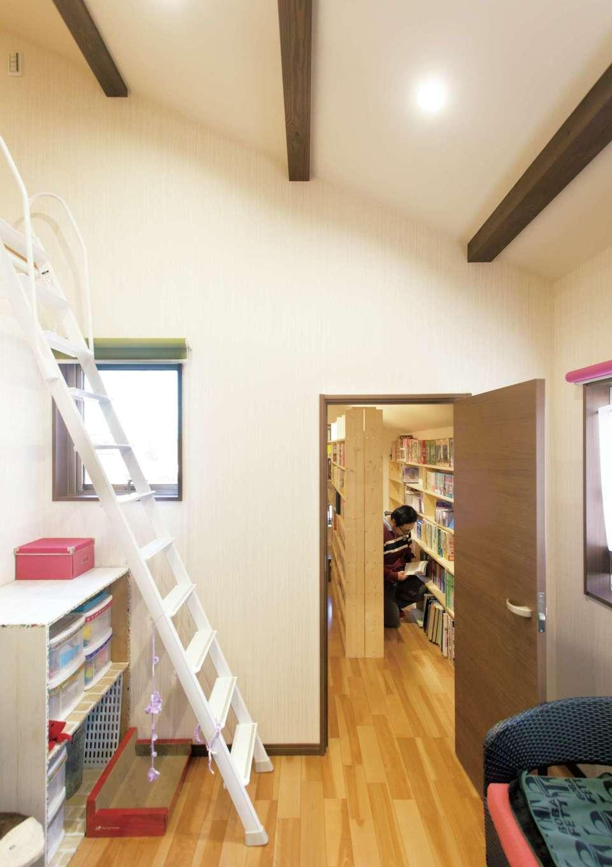 かなめ創建【趣味、狭小住宅、インテリア】ロフト付きの猫専用ルームは2階に。奥の扉を開けると、夫妻の蔵書が収まる書庫へ