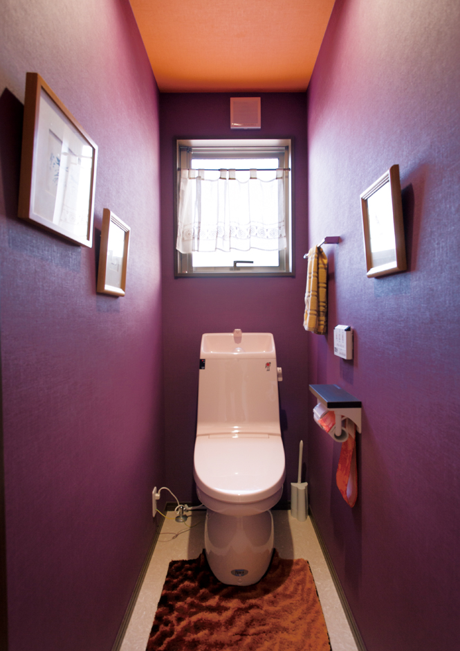 かなめ創建【趣味、狭小住宅、インテリア】トイレの壁の色も遊び心いっぱいにコーディネート