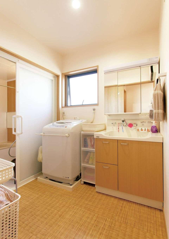 かなめ創建【自然素材、省エネ、間取り】ゴザ風の床が心地いい洗面脱衣所