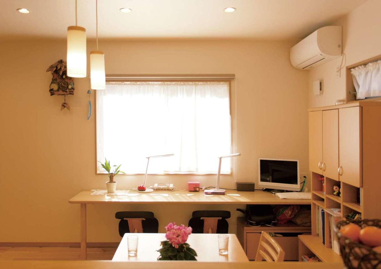 かなめ創建【自然素材、省エネ、間取り】キッチンから勉強やピアノの練習をする姉妹が見える