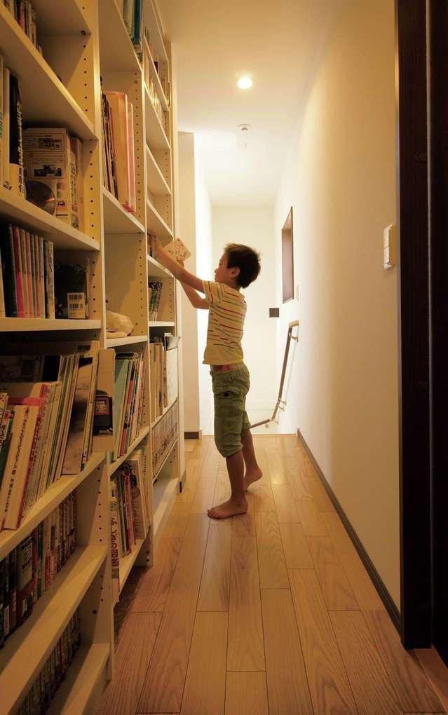 かなめ創建【子育て、収納力、間取り】2階ホールの壁に書棚をビルトインしたファミリーライブラリー。廊下が広く使え快適