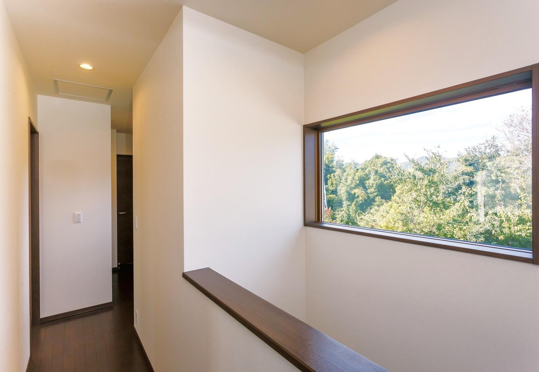 かなめ創建【狭小住宅、省エネ、間取り】緑の借景を楽しむために設けた2階フロアのピクチャーウィンドウ