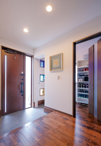かなめ創建【デザイン住宅、省エネ、間取り】3色のガラスブロックは明かり取りと同時に玄関ホールのアクセントに