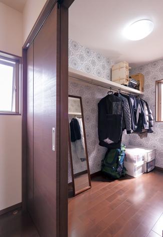 かなめ創建【デザイン住宅、省エネ、間取り】寝室内のウォークインクローゼットは3畳のゆったりサイズ。おしゃれなクロスで遊び心を演出