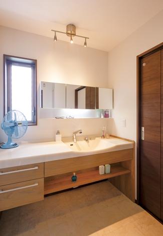 かなめ創建【デザイン住宅、省エネ、間取り】家族が横一列に並んで歯を磨ける広い洗面脱衣室。キッチン、玄関からの動線もスムーズ