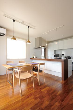 かなめ創建【デザイン住宅、省エネ、間取り】スタイリッシュなダイニングに深澤直人デザインの「ヒロシマチェア」が良く似合う