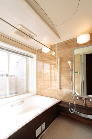 陽あたりのいい2階の南側に浴室を。視線も気にならないので、夏は窓を全開にしたままプチ露天風呂気分。週末の朝風呂も最高!