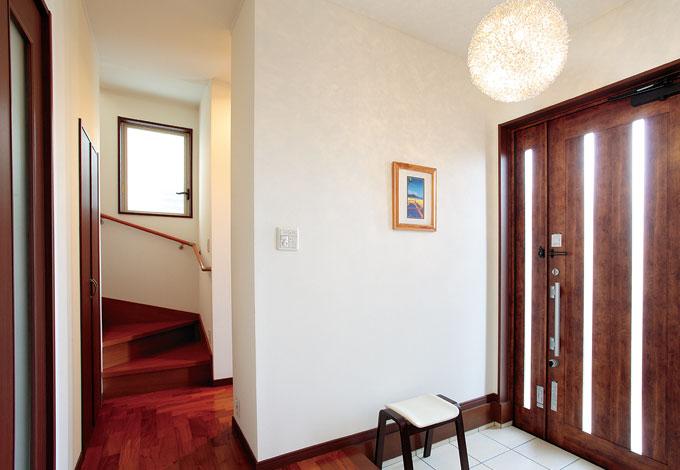 窓を効果的に配置して明るさを確保した玄関ホール