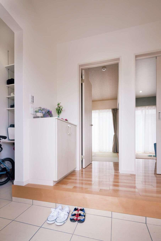 かなめ創建【収納力、省エネ、間取り】玄関には土間収納付き。和室とリビングそれぞれにドアがある