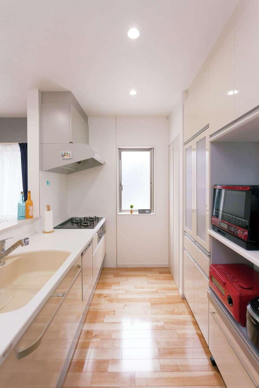 かなめ創建【収納力、省エネ、間取り】大容量収納を備えたキッチンは広々。ガラストップコンロは料理が楽しくなる