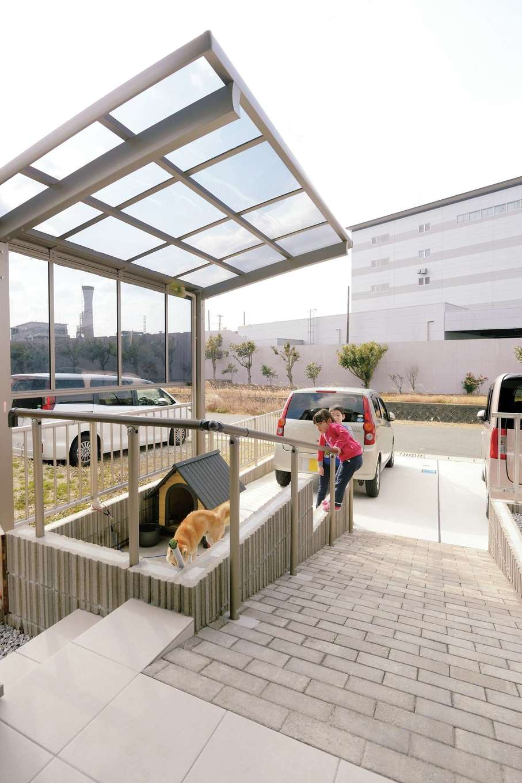 かなめ創建【二世帯住宅、省エネ、間取り】外構まで『かなめ創建』にお任せ。柴犬リュウくんのために、サイクルポートを用意した