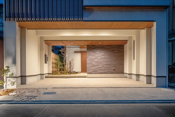 アイワホームサービス【デザイン住宅、高級住宅、ガレージ】ご夫婦の希望であったインナーガレージは、雨の日も濡れずに室内に入れ便利