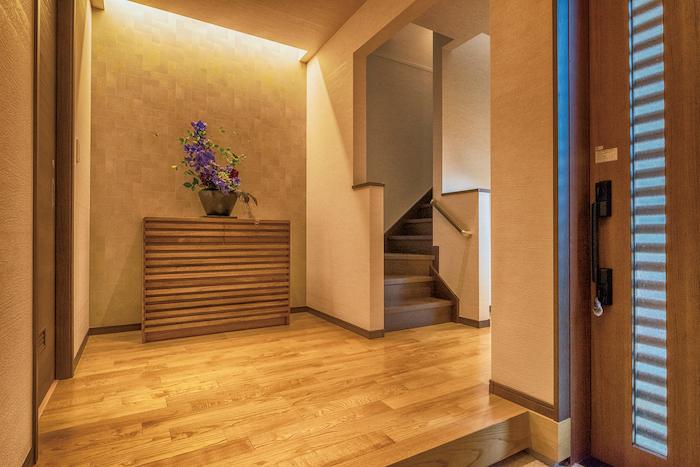 アイワホームサービス【デザイン住宅、高級住宅、ガレージ】玄関には大容量のシューズクロークを完備。入って右手にトイレ 、左手にお風呂と洗面がある