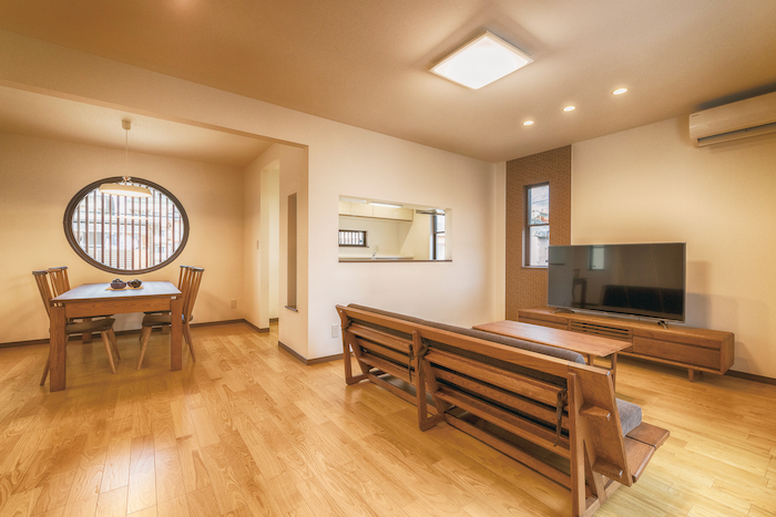 アイワホームサービス【デザイン住宅、高級住宅、ガレージ】2階に配置したLDK。光や風を取り込めるよう窓の配置にも配慮した。密集した住宅街でも明るく快適に過ごせる