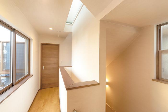 アイワホームサービス【デザイン住宅、高級住宅、ガレージ】コの字型の3階建ては、日中はどこにいても明るい光が差し込む、絶妙な間取りを持つ