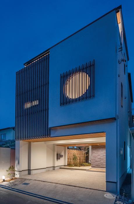 アイワホームサービス【デザイン住宅、高級住宅、ガレージ】同社のシンボルマークである丸窓がアクセントの外観。日本の伝統的要素に機能性をプラスし、新たな日本人の暮らし方を提案する