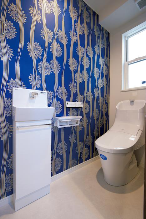 トイレは遊びゴコロのあるクロスを採用しアクセントに
