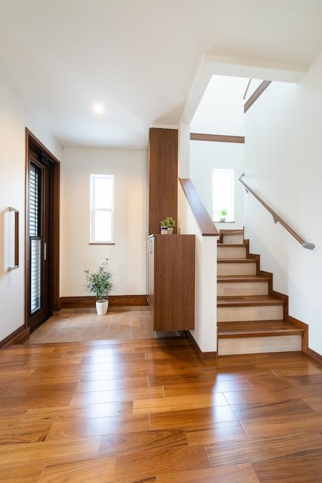 広々とした玄関スペース。同社では階段は段差を低くし、毎日の昇り降りの負担を軽減するように配慮している