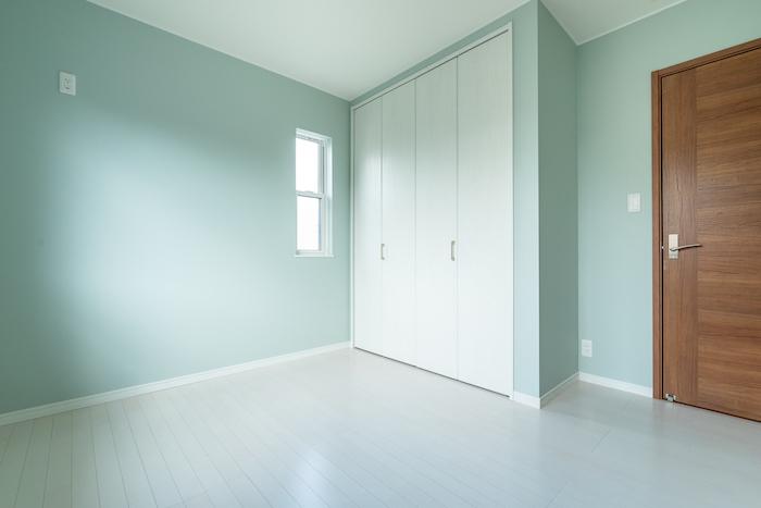 子ども部屋は明るい色のクロスをチョイス。大容量の収納スペースを完備