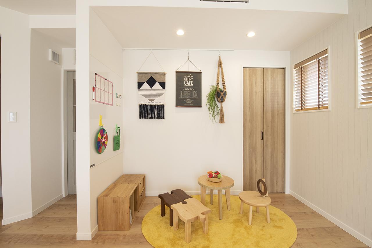 遠鉄ホーム【磐田市・モデルハウス】まだ目が離せない小さなお子様がいる家庭を想定して、リビングの一角をファミリースペースに