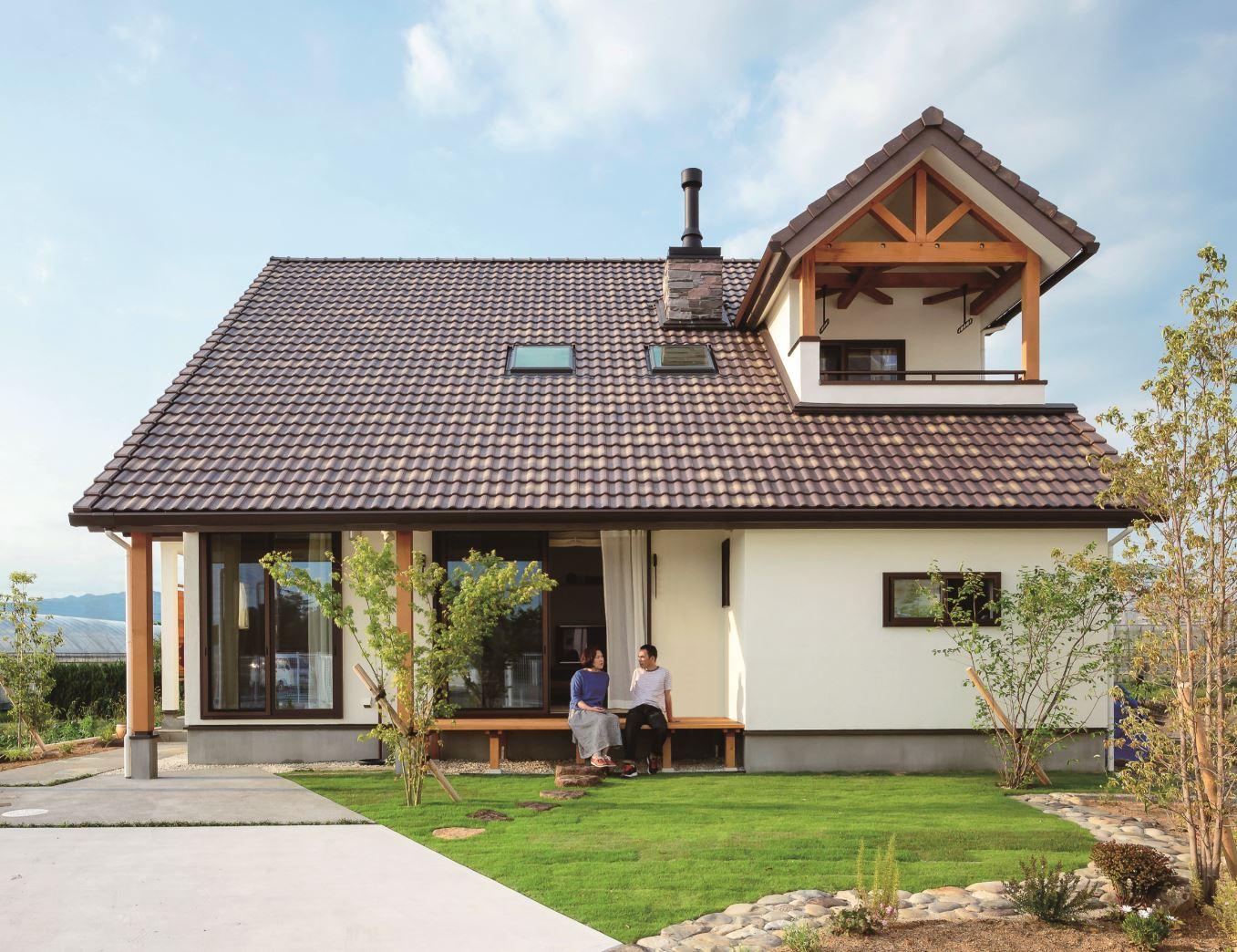 アイジースタイルハウス【デザイン住宅、自然素材、省エネ】大屋根のある平屋をイメージした山小屋風の外観。庭の沓脱石は奥さまのお父さまが趣味で集めていた石を採用し、職人が色合いを整えた