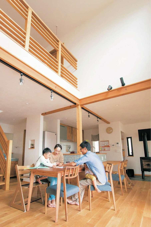 アイジースタイルハウス【デザイン住宅、自然素材、省エネ】休日は家族みんなでゆっくり食卓を囲みたいと、家の中心にダイニングを配置。吹抜けの開放感に包まれて会話も弾む