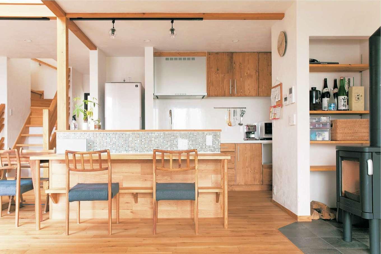 アイジースタイルハウス【デザイン住宅、自然素材、省エネ】かわいいモザイクタイルを貼ったカフェスタイルのオープンキッチン。夜、子どもたちを寝かしつけた後は、夫婦でワインを楽しむカウンターバーに