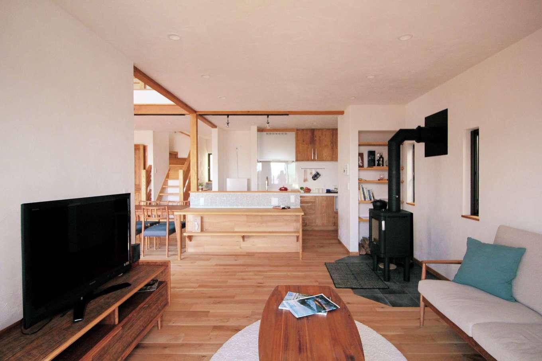 アイジースタイルハウス【デザイン住宅、自然素材、省エネ】緩やかにゾーン分けされたLDK。リビング、ダイニングへ行き来しやすいアイランドキッチンを採用して回遊性を良くした