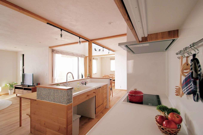 アイジースタイルハウス【デザイン住宅、自然素材、省エネ】シンクとコンロをセパレートした2列キッチンは作業効率を高めてくれる