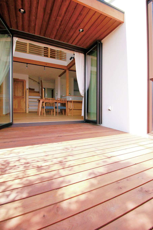 アイジースタイルハウス【デザイン住宅、自然素材、省エネ】軒を伸ばし、落葉樹を植えたことで夏の陽射しを遮り、冬は部屋の奥まで光を届けるパッシブデザインを採用