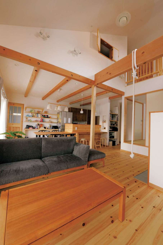 アイジースタイルハウス【デザイン住宅、自然素材、省エネ】開放感に満ちた吹抜けのリビング。構造材、内装材、断熱材、建具に至るまで100%自然素材