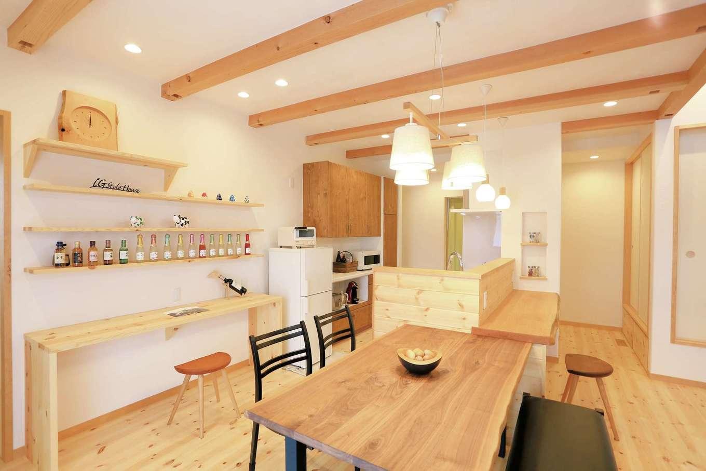 アイジースタイルハウス【デザイン住宅、自然素材、省エネ】奥さまこだわりのキッチン。奥さまの夢を叶えたカフェスタイルのキッチン。カウンターと一体型のダイニングテーブルを造作し、時短に貢献している