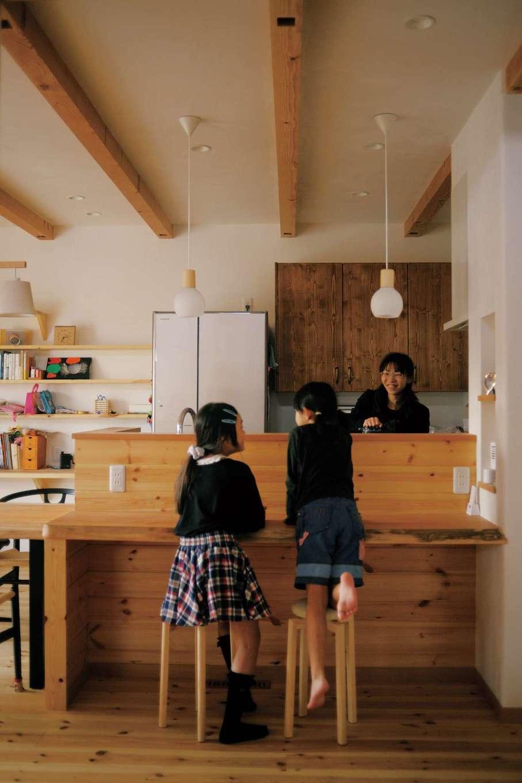 アイジースタイルハウス【デザイン住宅、自然素材、省エネ】子どもたちが自然にお手伝いしたくなるカウンターキッチン。慌ただしい朝食時も大活躍!