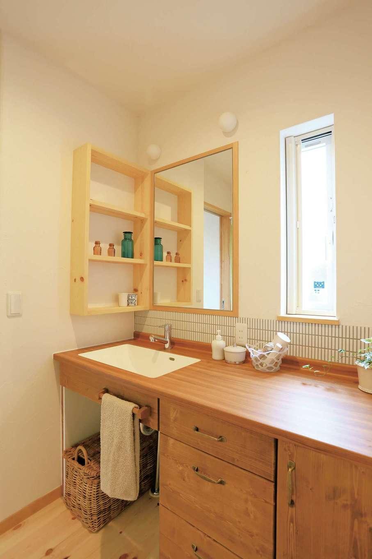 アイジースタイルハウス【デザイン住宅、自然素材、省エネ】木とタイルの融合がおしゃれなパウダールーム