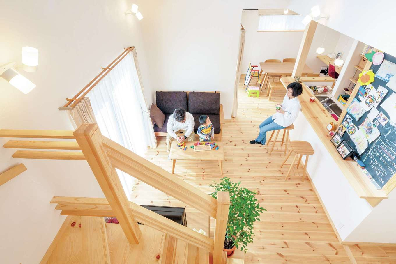 アイジースタイルハウス【自然素材、省エネ、間取り】家族の一体感が強まる吹抜けの一室空間。時短効果により、家族で会話を楽しむ時間が増えた