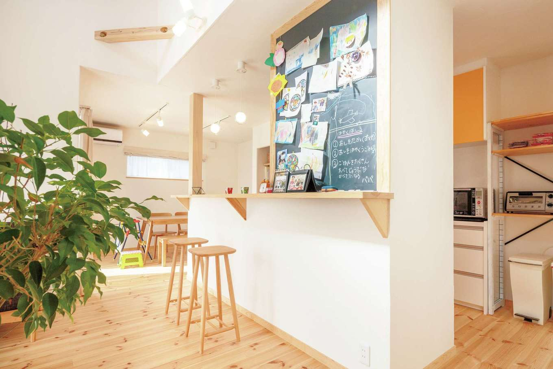 アイジースタイルハウス【自然素材、省エネ、間取り】マグネット付きの黒板は家族のコミュニケーションツールとして大活躍