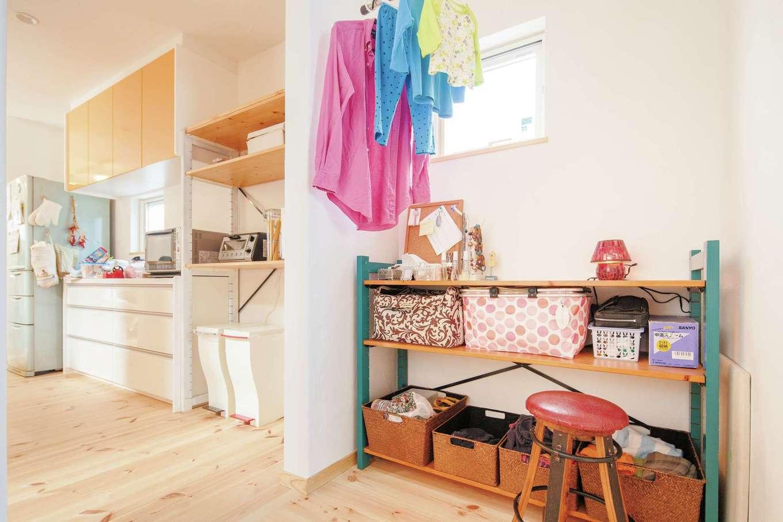 アイジースタイルハウス【自然素材、省エネ、間取り】キッチンのバックヤードに設けた家事コーナー。室内干しの後、そのままアイロンもできる便利な空間