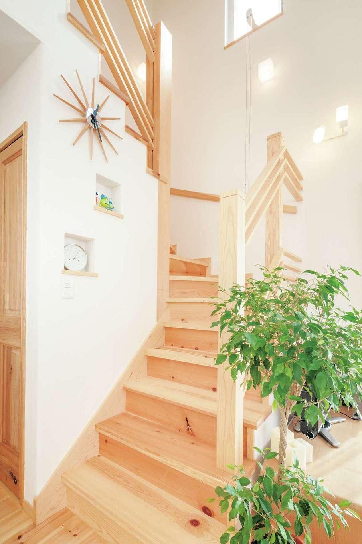 アイジースタイルハウス【自然素材、省エネ、間取り】奥さまの夢を叶えた無垢のリビング階段。ニッチに小物を飾って季節感を楽しむ