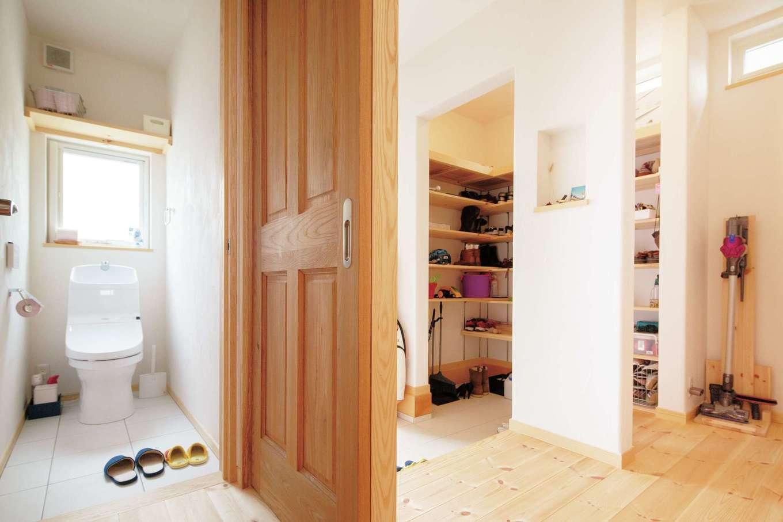 アイジースタイルハウス【自然素材、省エネ、間取り】収納十分なシューズインクロークを備えた玄関ホール。玄関から近い位置にトイレを設置