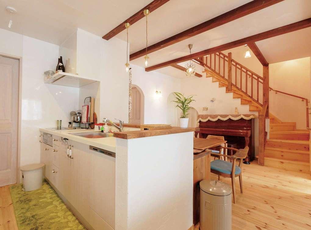 アイジースタイルハウス【二世帯住宅、自然素材、省エネ】子世帯のDK。キッチンからは1階全体はもちろん、吹抜けを通して2階の音や気配も伝わってくる