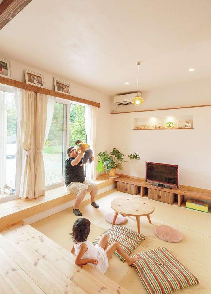 アイジースタイルハウス【二世帯住宅、自然素材、省エネ】子世帯がくつろぐ畳敷きのサンクンリビング。段差を設けたことで背もたれにもベンチ代わりにもなるし、親子の目線の高さが合うので、会話も生まれやすい