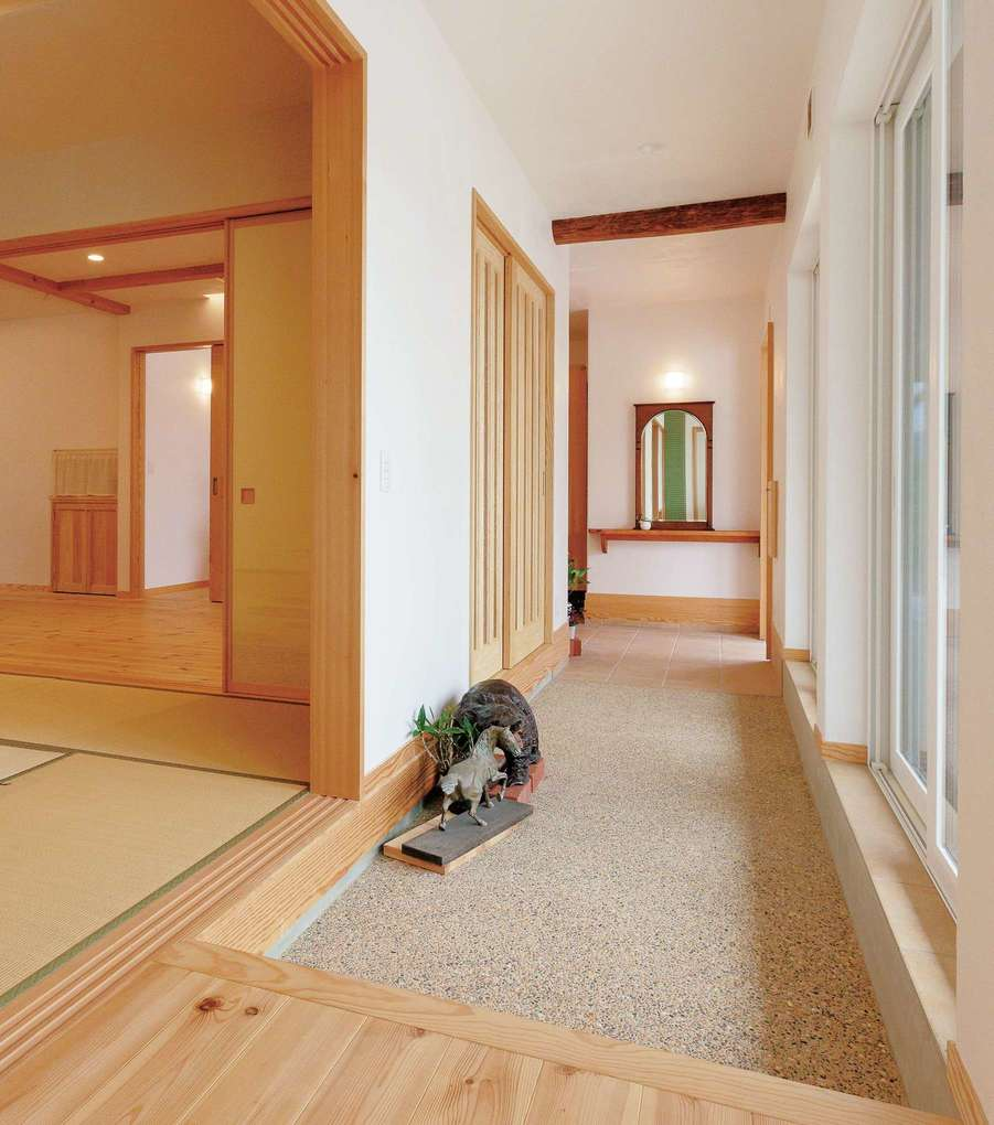 アイジースタイルハウス【二世帯住宅、自然素材、省エネ】親世帯の洗い出しの土間玄関。客間へとつながっているので、お客様が来たときも便利