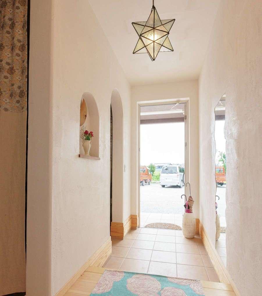 アイジースタイルハウス【二世帯住宅、自然素材、省エネ】子世帯の玄関はナチュラルに。ニッチや星形の照明、鏡の形が可愛らしい