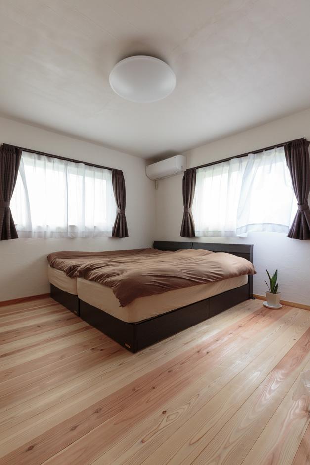 アイジースタイルハウス【収納力、自然素材、間取り】3畳+2畳の2つのウォークインクローゼットを設けた主寝室。無垢の杉のやさしい香りと自然素材に包まれた健康的な空間は深い眠りを誘い、朝の目覚めもスッキリ!