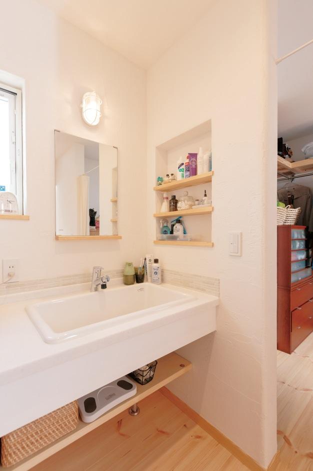 アイジースタイルハウス【デザイン住宅、自然素材、省エネ】深いシンクはおしゃれ着洗いに便利。すぐ隣に鏡台とクローゼットを配置し、2階に上がる頻度も減った