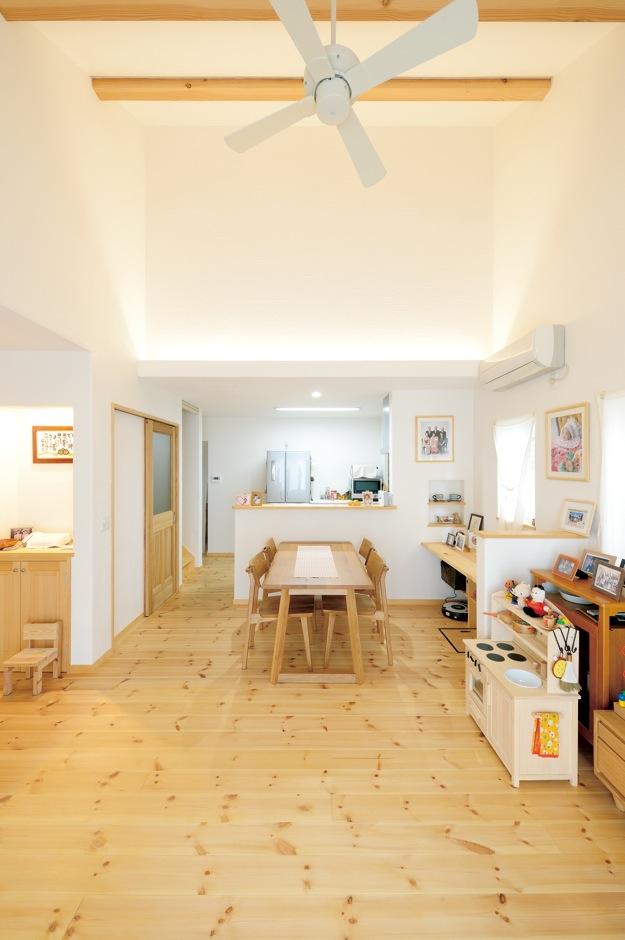アイジースタイルハウス【収納力、自然素材、間取り】ゆったりとしたLDKはご主人のこだわり。パイン材の床の上で家族みんなが素足で過ごす至福のひととき