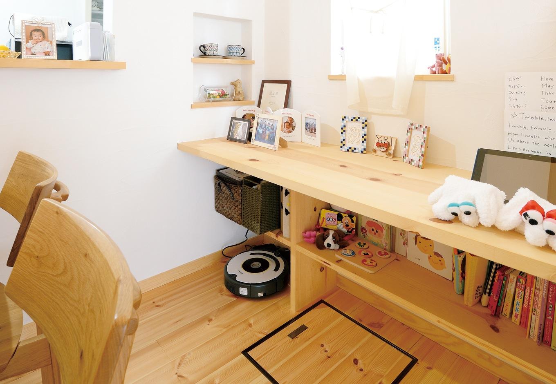 アイジースタイルハウス【収納力、自然素材、間取り】キッチンに立つママに見守られながら勉強できる造作カウンター