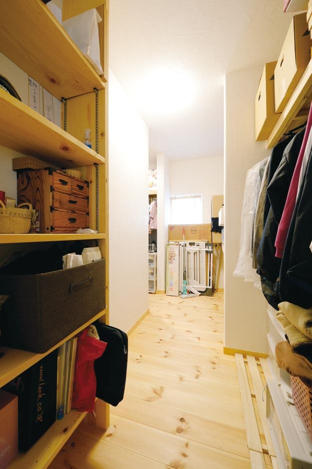 アイジースタイルハウス【収納力、自然素材、間取り】1か所で家族全員の衣類を収納できる大容量のファミリークローゼット。寝室から廊下までL字型でつながり回遊できるので、子育てママの家事負担を軽減する