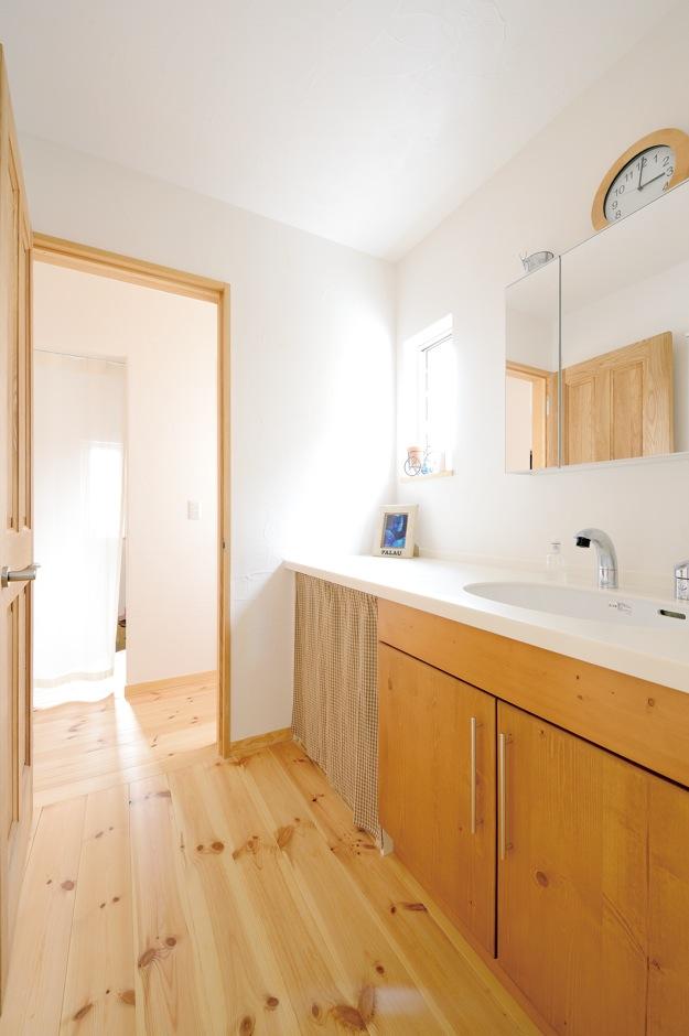 アイジースタイルハウス【収納力、自然素材、間取り】背の高い奥さまが使いやすいサイズに合わせてオーダーした洗面台。廊下から直結し、なおかつ脱衣所と分かれているので便利